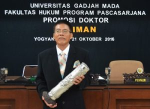 dr Budiman seusai ujian terbuka di Fakultas Hukum UGM, Jumat (21/10/2016). (foto : istimewa)