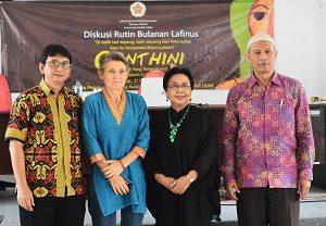 Elizabeth D Inandiak foto bersama seusai diskusi di Fakultas Filsafat UGM, Jumat 921/10/2016). (foto : istimewa)