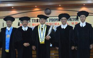 Denny W Kusuma (tengah) seusai dinyatakan lulus ujian foto bersama tim penguji di UGM, Senin (31/10/2016). (foto : istimewa)