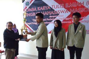 Tim Boelongan UGM menerima hadiah tropi juara dua di Universitas Negeri Malang. (foto: istimewa)