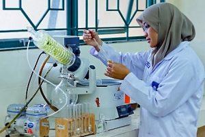 Seorang mahasiswa sedang melakukan penelitian di laboratorium. (foto : istimewa)