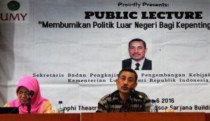 Dr Bambang Susanto MA saat memberikan kulliah umum di UMY Yogyakarta, Kamis (6/10/2016). (foto : istimewa)