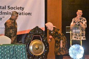 Rektor UGM, Dwikorita Karnawati memukul gong sebagai tanda pembukaan Konferensi Internasional di Yogyakarta, Kamis (6/10/2016). (foto : istimewa)