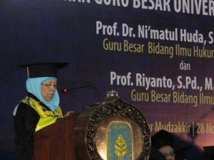 Prof Ni'matul Huda sedang menyampaikan pidato pengukuhan di Kampus UII, Senin (28/11/2016). (foto: heri purwata)