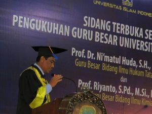 Prof Riyanto sedang menyampaikan pidato pengukuhan di Kampus UII, Senin (28/11/2016)
