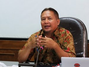 Prof Sarwidi memberi keterangan pers di Kampus UII Ci Di Tiro Yogyakarta, Senin (14/11/2016). (foto : heri purwata)
