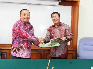 Rektor Instiper, Purwadi dan M Romli bertukar naskah kerjasama yang sudah ditandatangani di Yogyakarta, Jumat (11/11/2016). (foto: heri purwata)