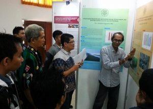 Pengunjung pameran postermendapat penjelasan dari peneliti di Fakultas Biologi UGM, Senin (14/11/2016). (foto : istimewa)
