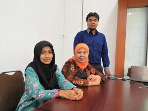 Dhina Puspasari Wijaya, Izzati Muhimmah, dan Dadang Heksa Putra di Kampus FTI UII, Jumat (16/12/2016). (foto : heri purwata)