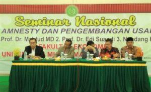 Edy Suandi Hamid (paling kiri) dan Moh Mahfud MD (kedua dari kiri) saat menjadi nara sumber pada seminar Tax Amnesty dan Pengembangan Usaha di Universitas Muhammadiyah Bengkulu, Sabtu (17/12/2016). (foto : istimewa)