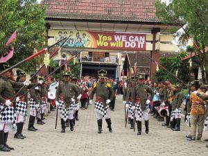 Bergodo Gotri Watu Aji menyambut Kainstiper memasuki Kampus Instiper Yogyakarta, Jumat (9/12/2016). (foto : heri purwata)