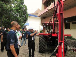 Rektor Instiper memperlihatkan peralatan mekanik kebun kelapa sawit di Expo, Jumat (9/12/2016). (foto : heri purwata)
