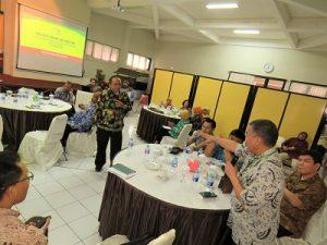 Salah satu peserta Two Days Roundtable Meeting menjelaskan permasalahan perkebunan kelapa sawit di Kampus Instiper Yogyakarta, Rabu (6/12/2016). (foto : heri purwata)