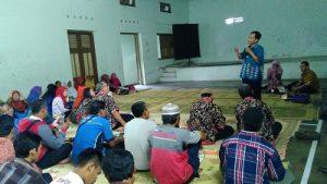 Sunarto sedang memberi penyuluhan kepada pedagang jajanan anak sekolah yang tergabung dalam KUPAS. (foto : istimewa)