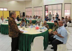 Wabup Kutai Kartanegara, Edy Damansyah (kanan) sedang menjelaskan permasalahan di daerahnya pada Roundtable Meeting di Kampus Instiper Yogyakarta, Kamis (8/12/2016). (foto : heri purwata)